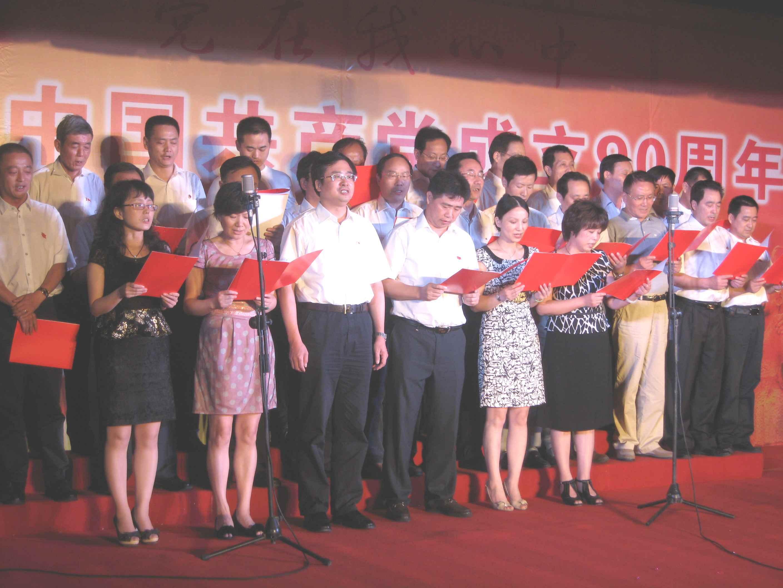 打靶归来》   大港纺织集团副总经理李宁尔为本场红歌会致辞,
